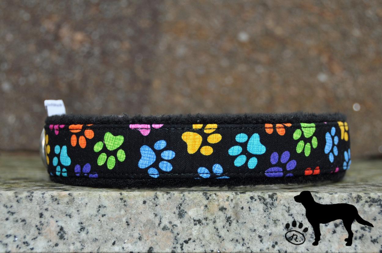 Halsband bunte Pfoten in 25mm Breite mit schwarzem Fleece